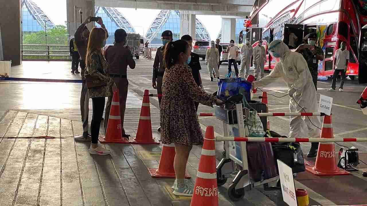 """22 of 110 passengers aboard a repatriation flight from Singapore arrived were found to have fevers when they arrived at Suvarnabhumi International Airport before 5 p.m. Monday. The 22 were hospitalized while the remainder of the 105 Thais and five foreigners were sent to state quarantine (73) or """"alternative quarantine"""" (15)."""