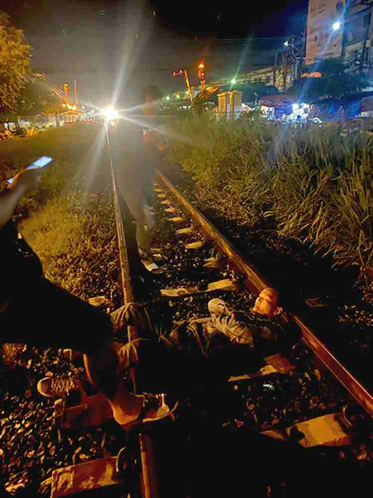 With the light of an oncoming train approaching, a Chiang Mai man laid on the tracks in Saraburi to die.