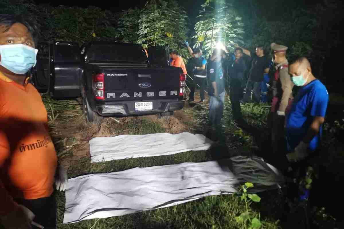 Kalasin provincial police found the bodies of 20-year-old Methawee Thipsut and boyfriend Thanyarat Bangsalee, 21, around 10:30 p.m. last night parked in a cassava plantation in Kalasin.