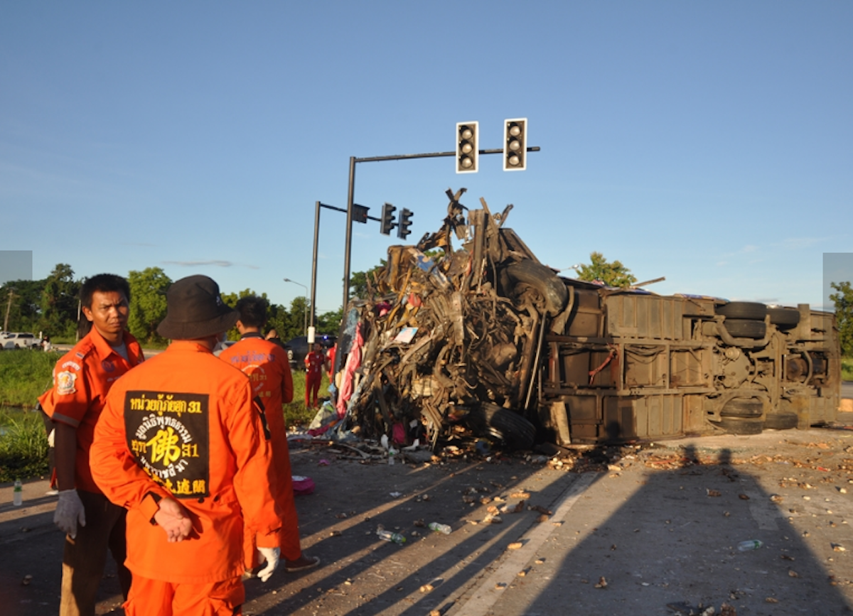 7 people were hurt and 40 injured when a tour bus collided with a tractor-trailer in Korat early Saturday. (Photo: Pattaya Mail, with permission.)