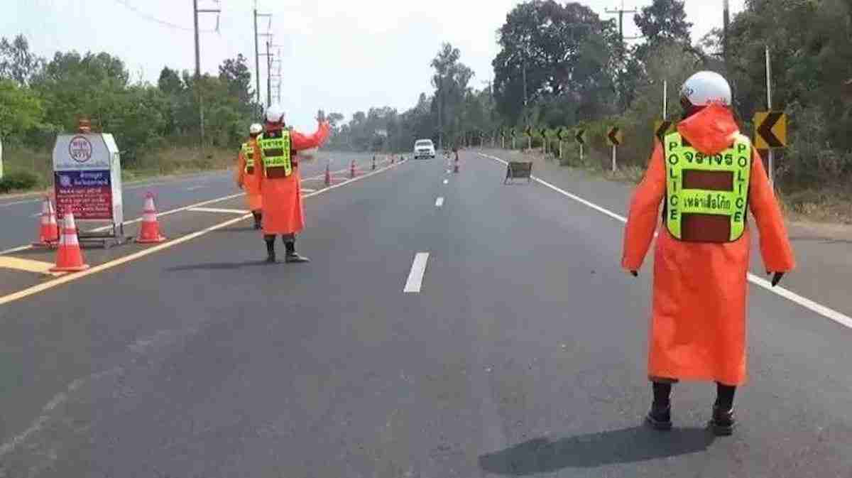 Police in Ubon Ratchathani set a checkpoint to check cars for smuggled migrant workers from Laos.