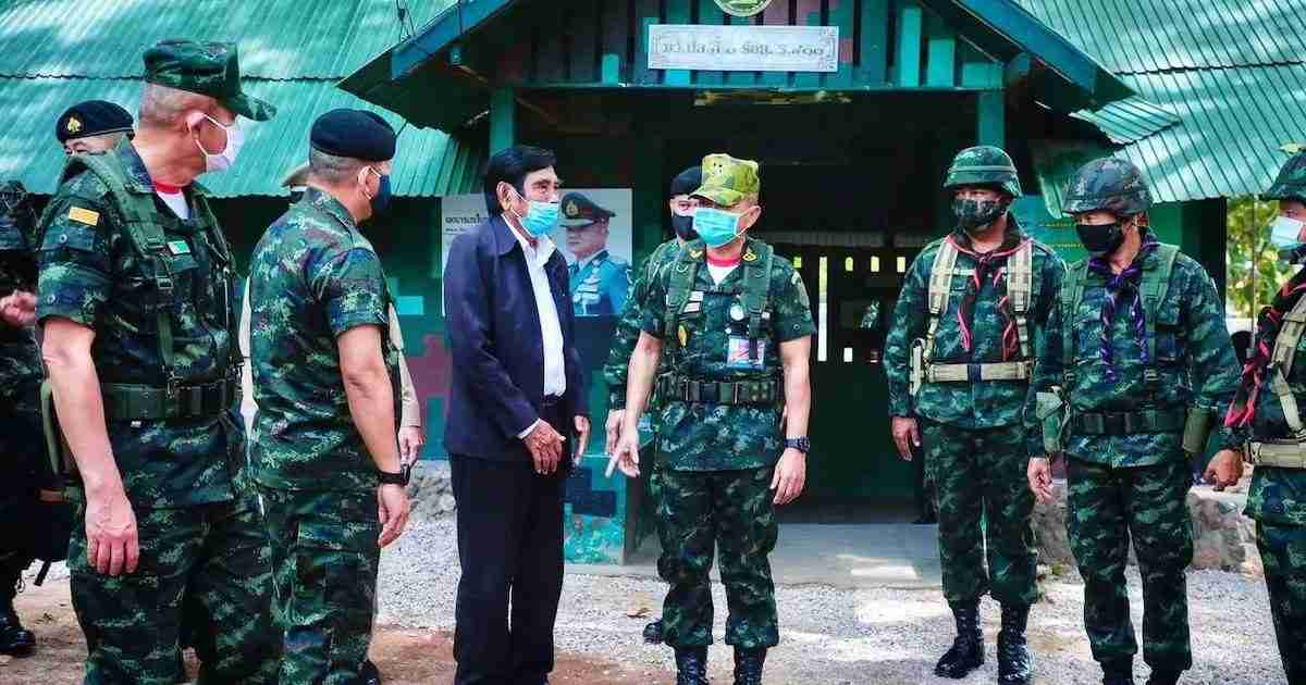 Army commander-in-chief Gen. Narongphan Jitkaewtae visited Mae Sot and Phop Phra districts of Tak to inspect soldiers' operations sealing off the border