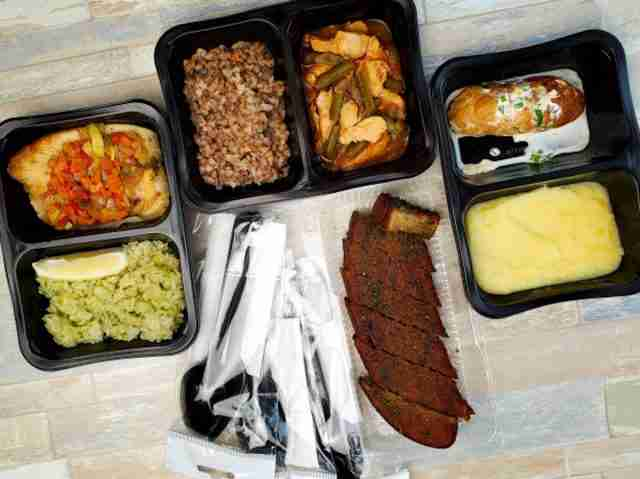 plastic-containers-with-delicious-food-isolated-wall-delivery-service_186451-837