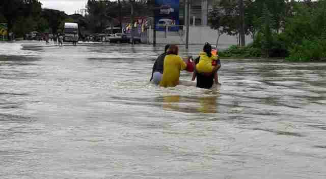 Thailand's DDPM carry out flood rescue and relief operations in Chumphon, January 2017. (Photo: DDPM)