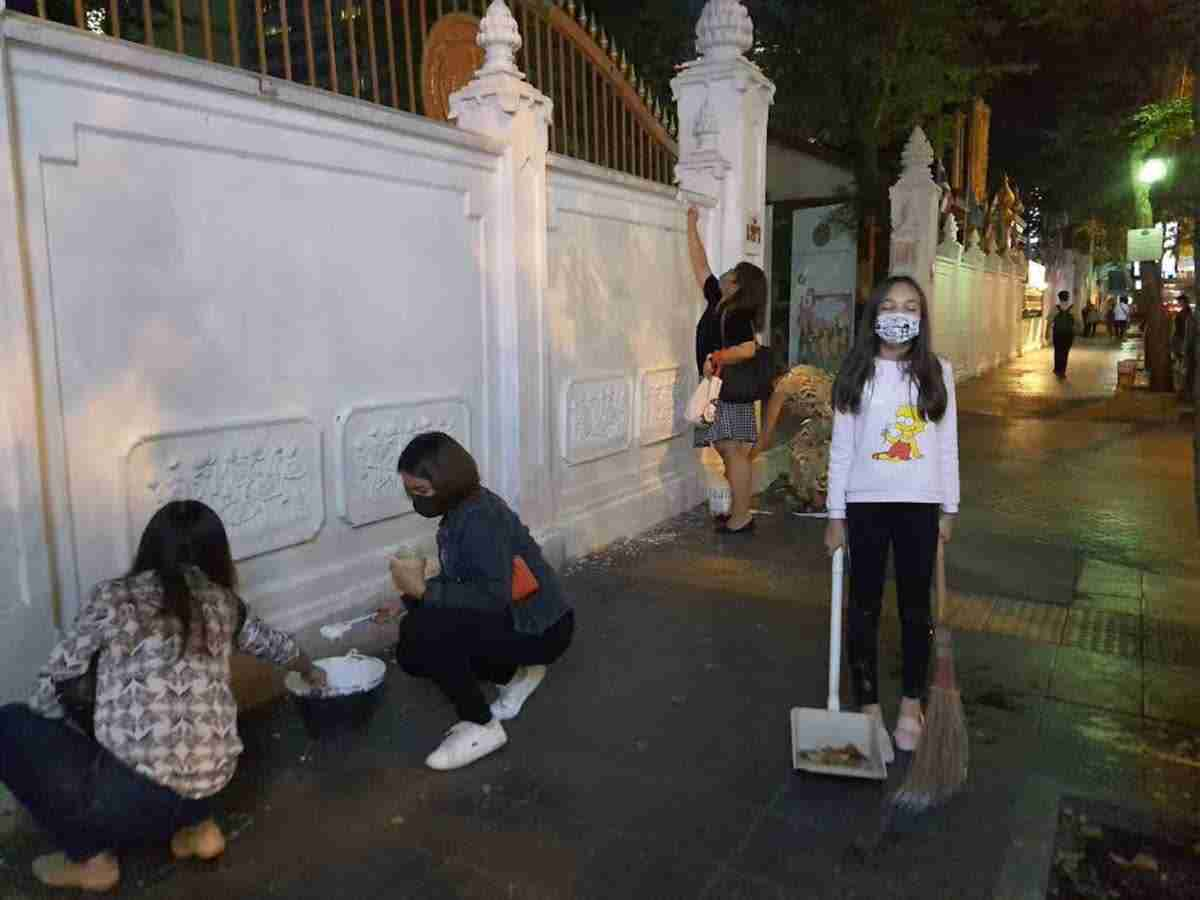 Volunteers Clean Police Temple Thailand Protests-1