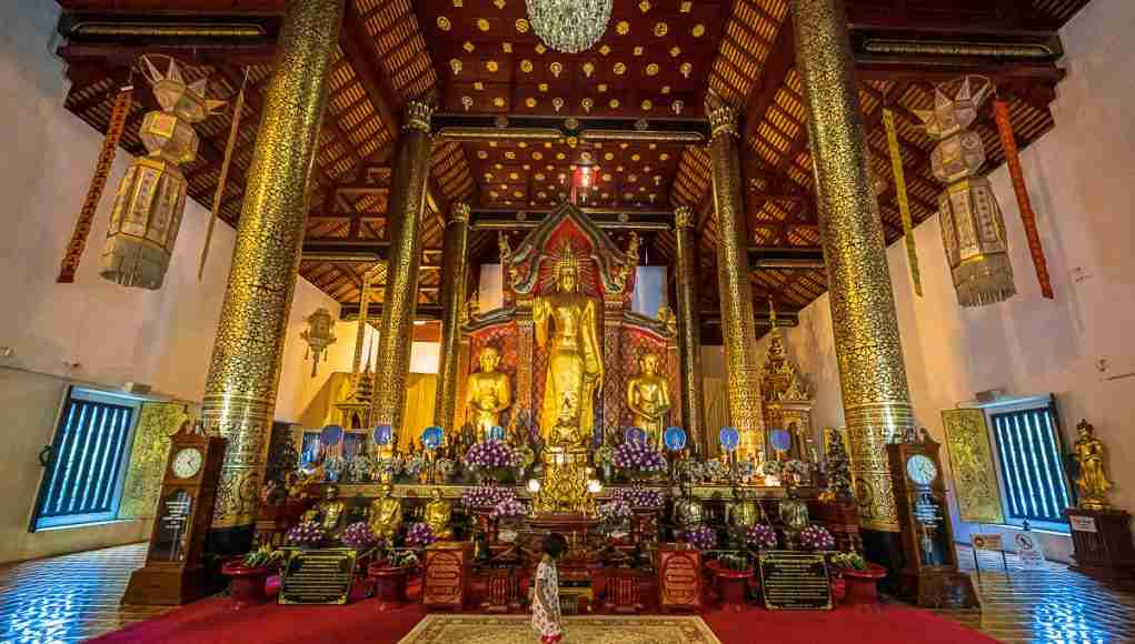 A child walks across the prayer rug inside Wat Chedi Luang, the UNESCO World Heritage Site Temple in Chiang Mai, Thailand. (Photo: Bangkok Herald)