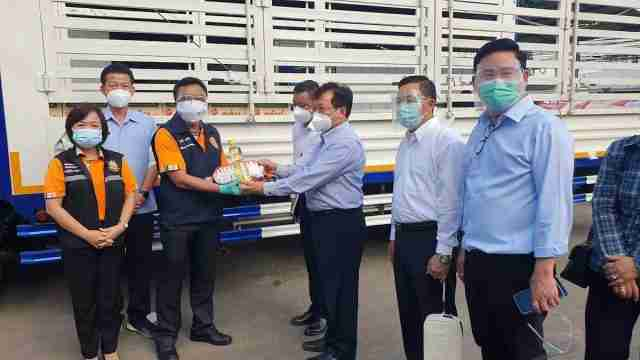 Myanmar Ambassador Myo Myint Than visited Burmese workers restricted to Samut Sakhon Province to boost their morale as they await Covid-19 tests.