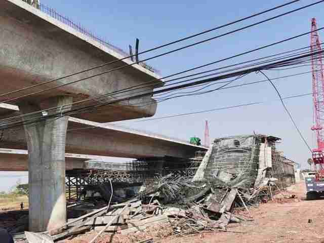 The 2:15 p.m. accident occurred as one Thai and 10 Cambodian and Burmese workers employed by Si Sang-Chok Chai Joint Venture were on scaffolding filling the bed of a ring road connected to Sura Narai Road in Muang District's Khok Sung Subdistrict with concrete.