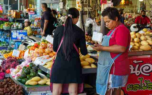 Thais shop at street carts and outdoor markets in Pattaya in mid-November 2020. Small shops have embraced the government's co-pay scheme to boost business while the public can spend 150 baht a day on small items using government subsidy. (Photo: Bangkok Herald)
