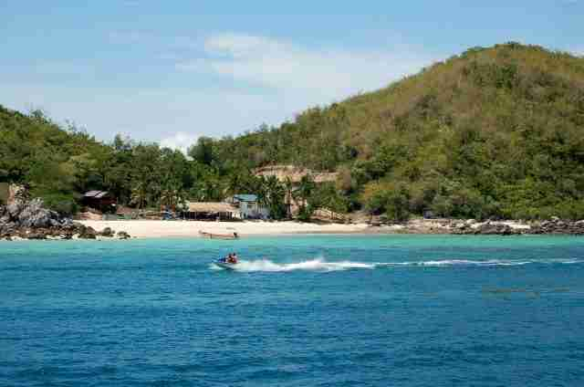 Not learning from last year's mistake, Koh Larn again will close itself off from the world tomorrow. (Photo: Bangkok Herald)