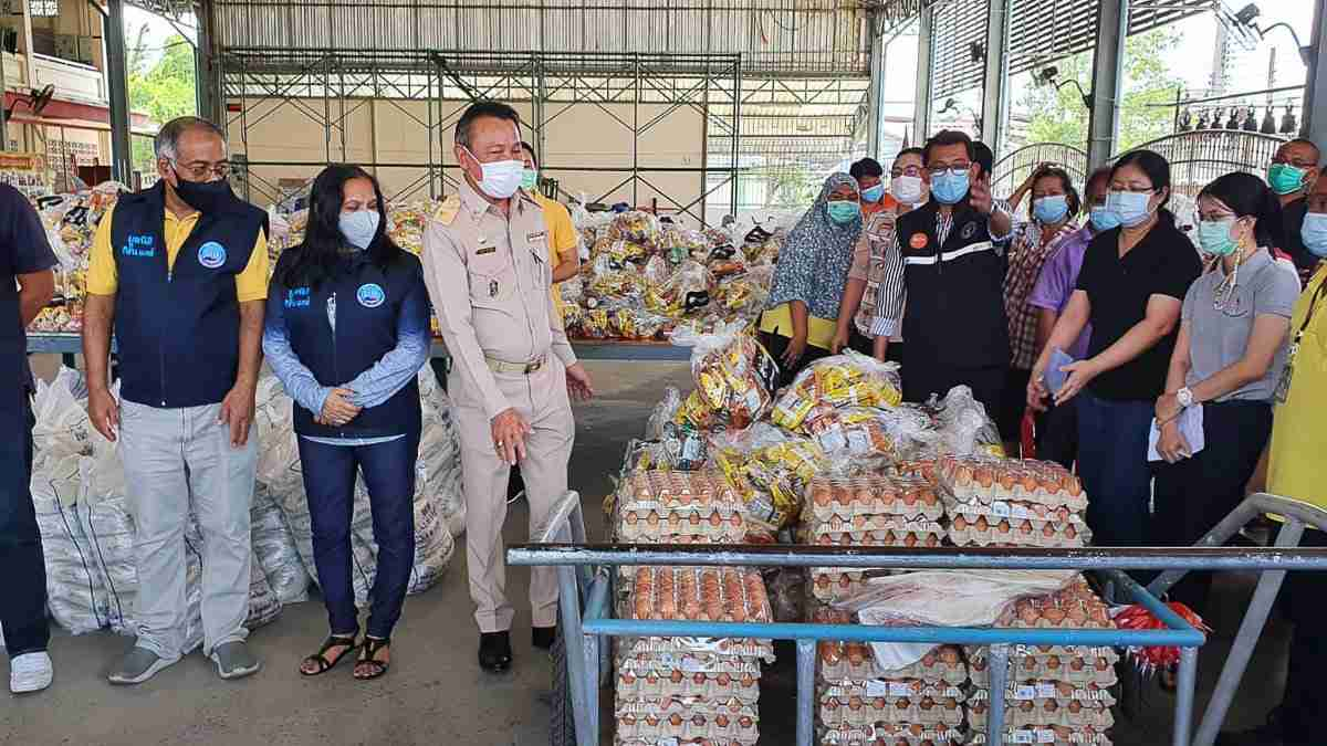 Staff from Panthera Group and the Kiiran Care Foundation present 1,000 food bags to residents of 29 Bangkok Slums.