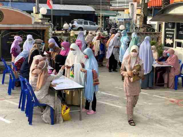 Thai residents in Pattani Province line up to register for Covid-19 testing.